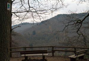 Blick von der Pellenzkanzel aus auf die beiden Burgen Manderscheid.