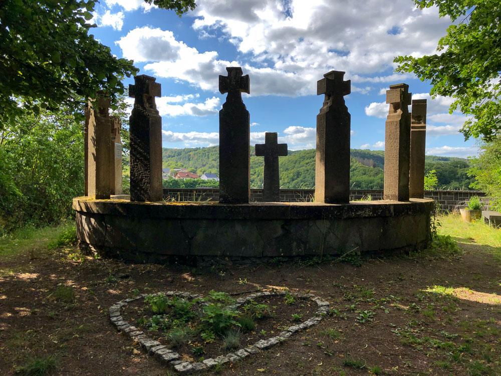 Ein steinernes Kriegerdenkmal oberhalb von Nohen