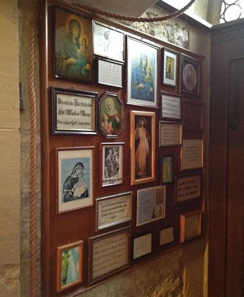 Fürbittenwand in der St. Annakapelle